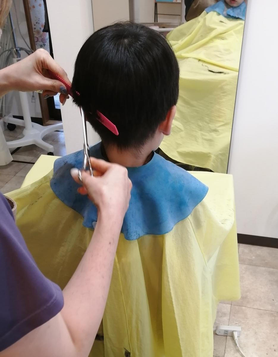 美容室で散髪中の様子